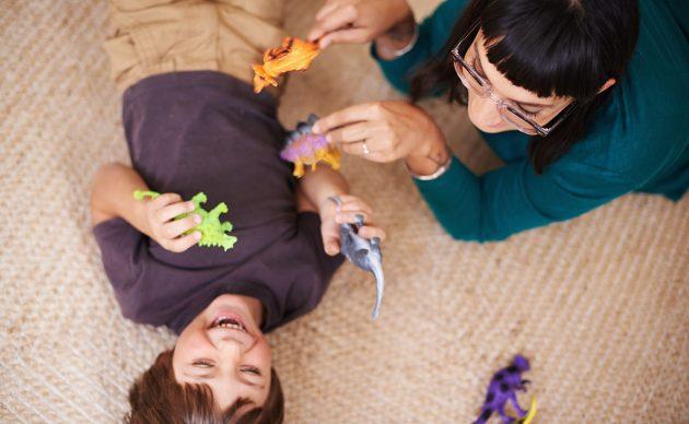 Trẻ chơi đùa trên thảm