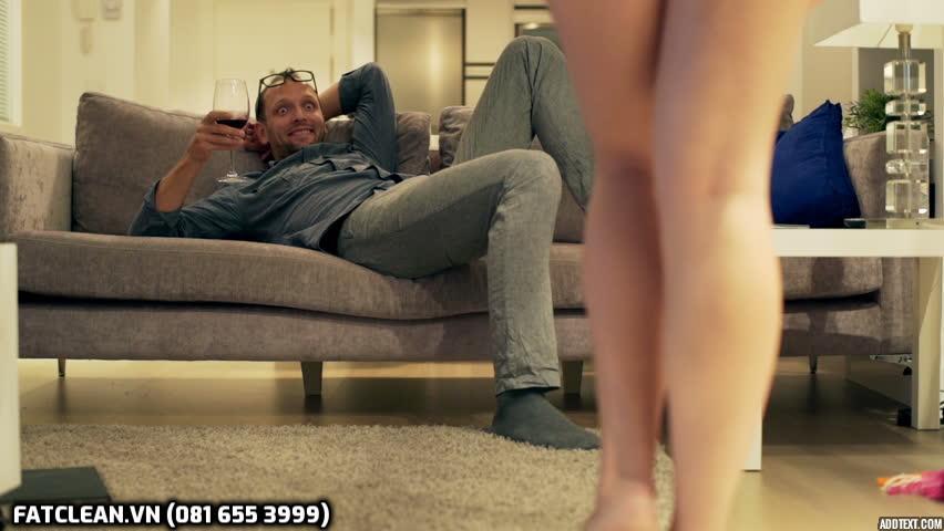 Chàng trai ngồi trên ghế sofa nhìn cô gái